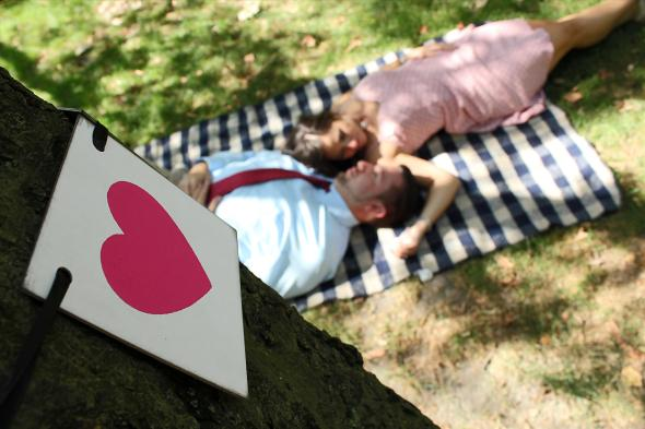 NYCCentralParkEngagementPhotos.picnic.heartsign.apicturesquememoryphotography