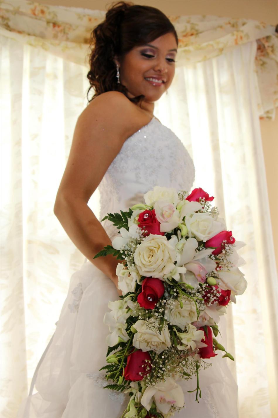 bridebouquet.bridalprep.weddingphotos.apicturesquememoryphotography